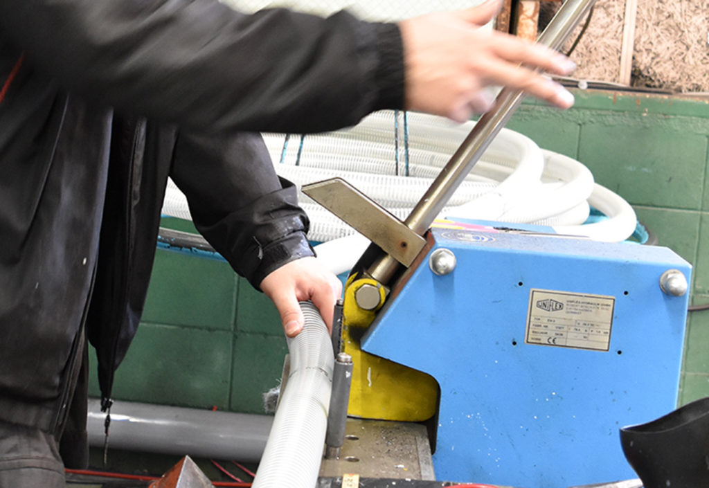 高圧ホースが破損(油漏れ)したら、即修理しないと危険!