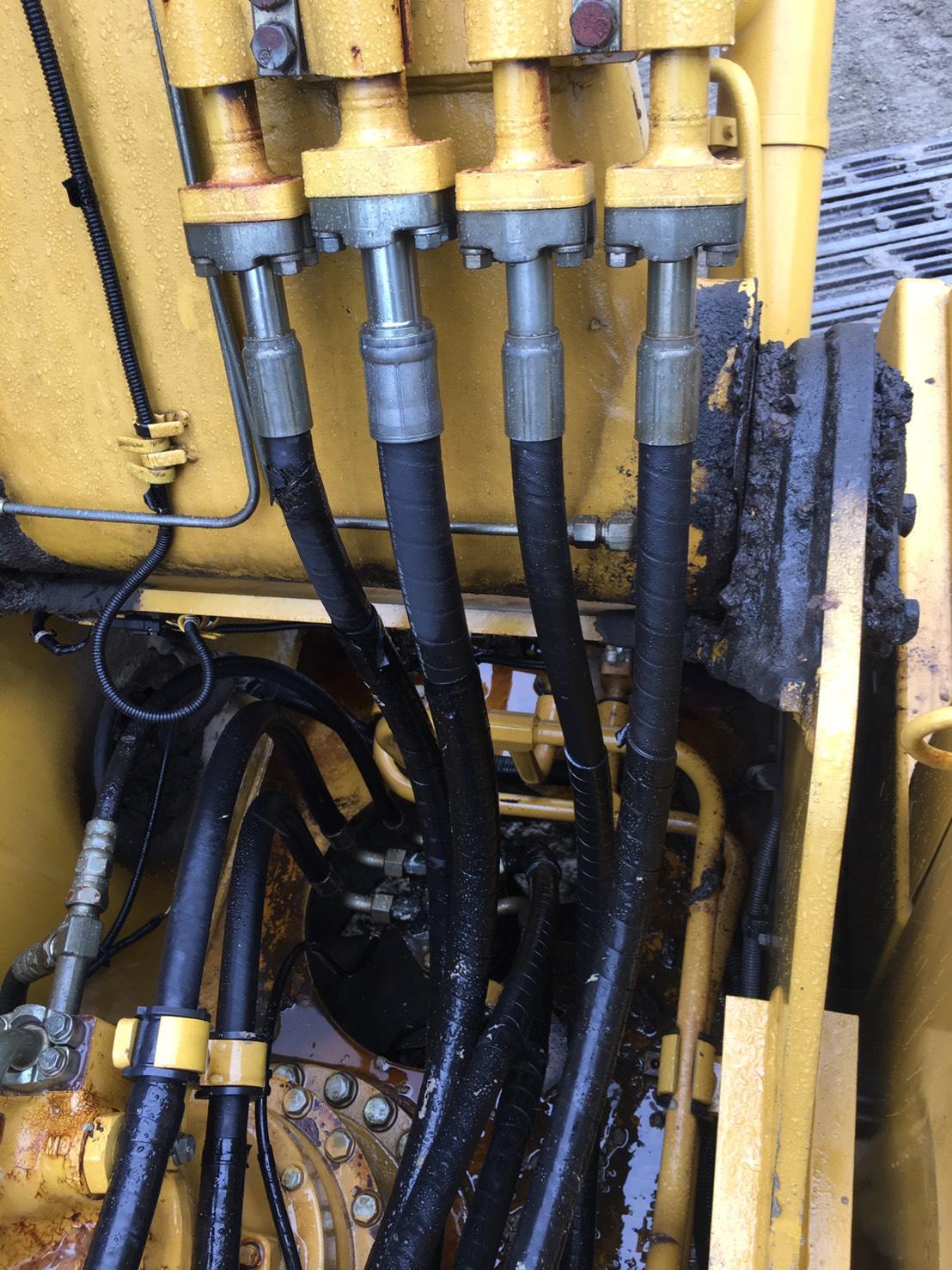 コマツ建機PC200-08_作動油漏れの様子