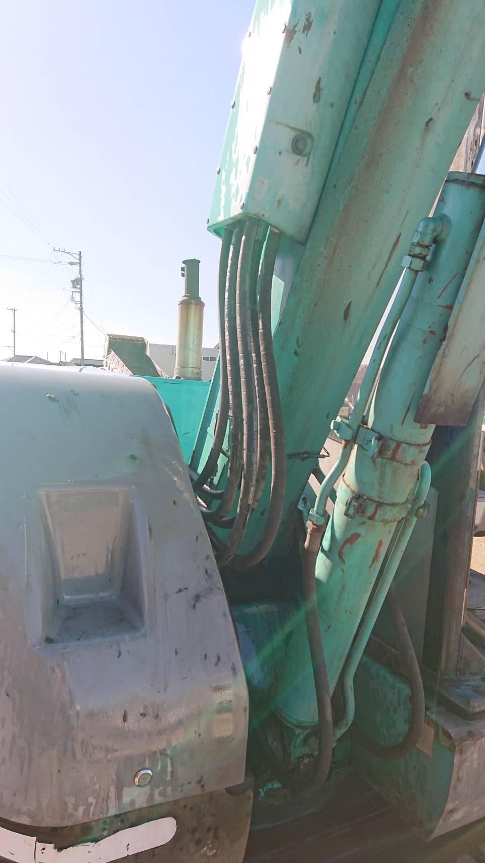 コベルコ建機(KOBELCO)SK75UR-2_ブーム横の立ち上がりホースの油漏れ