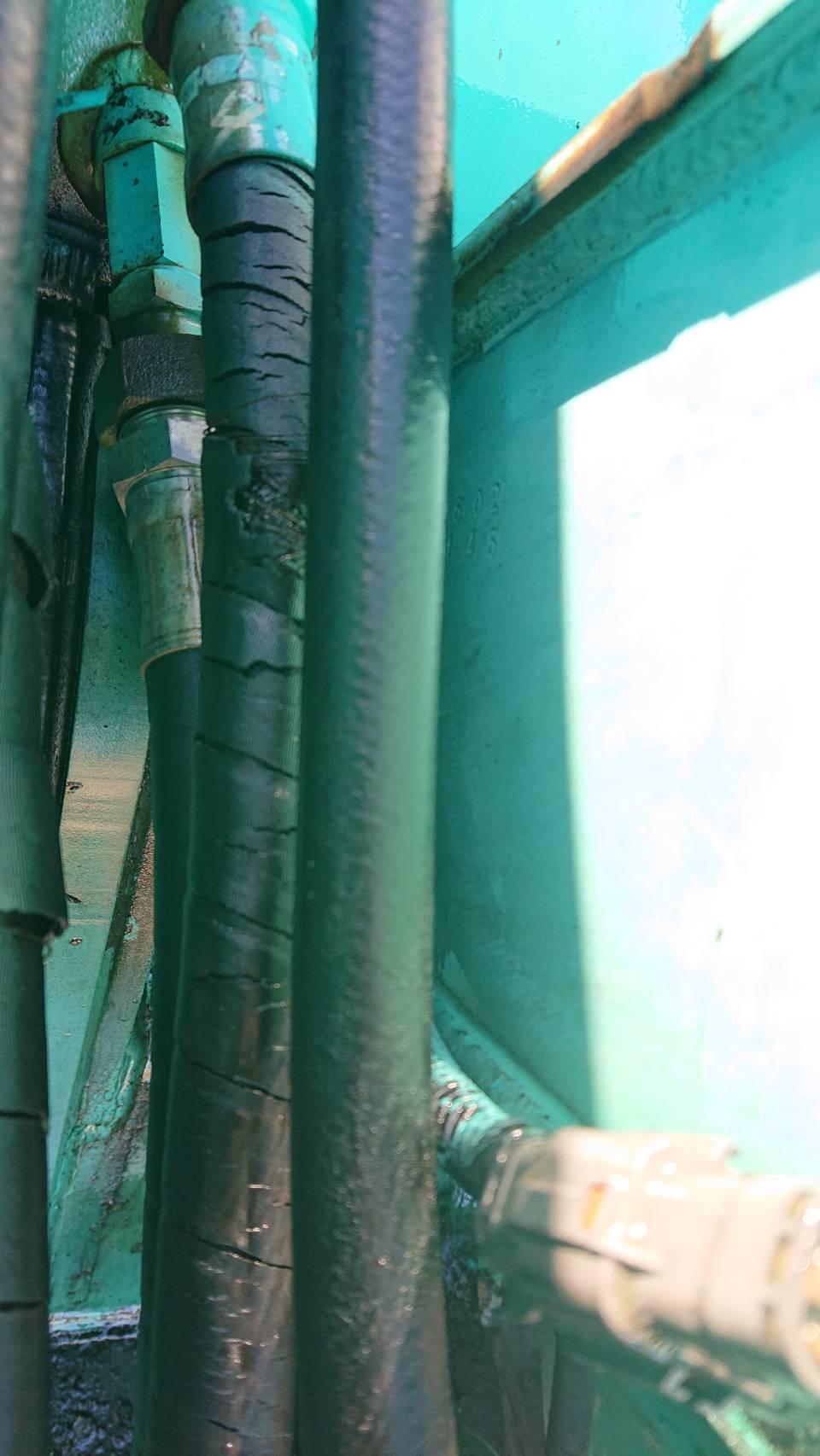 コベルコ建機(KOBELCO)SK75UR-2_ブーム横の立ち上がりホースの油漏れ(拡大)