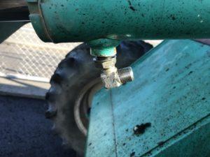 シリンダー下のアダプター破損により根元から油漏れ